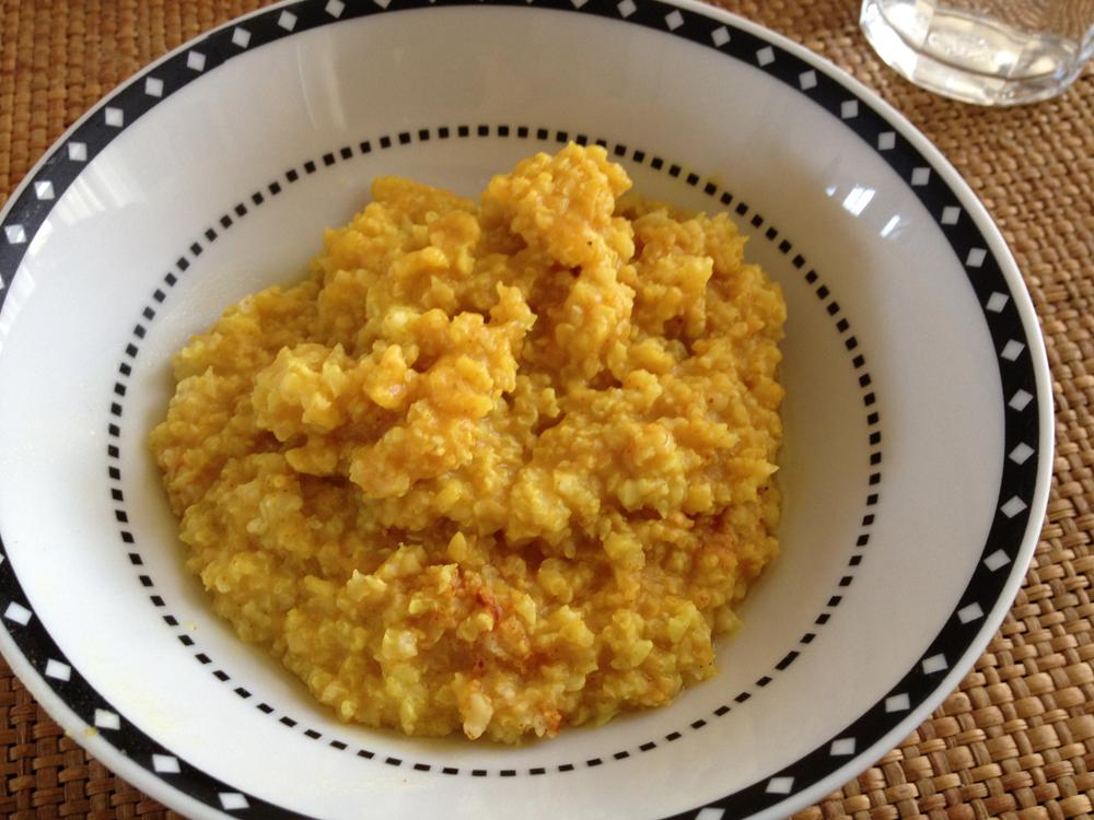 gierstontbijt, de gele kleur komt van de kurkuma