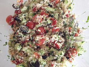couscous salade met tomaat, geroosterde paprika en olijven